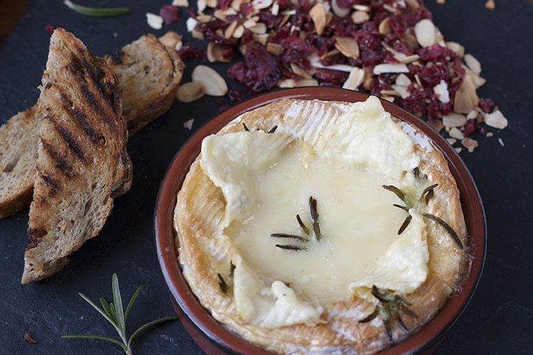 Baked Camembert – Cheese fondue for one
